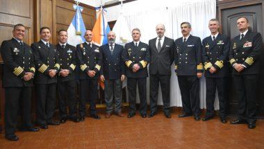 Entrega de presentes protocolares a los Comandantes de los Buques Escuela